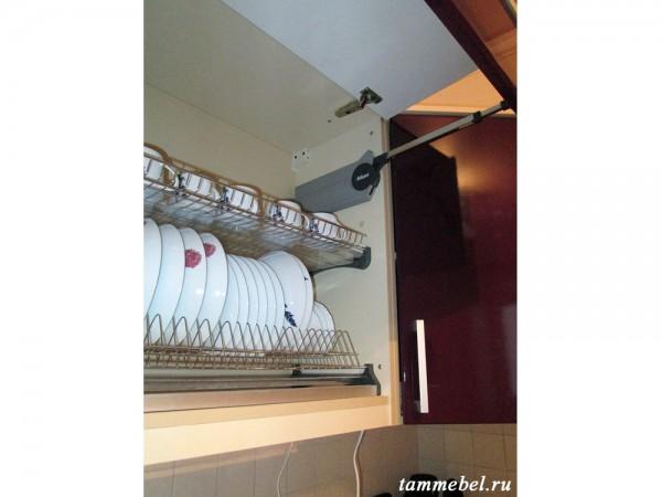 Подьёмный механизм Blum Aventos, установленный в шкаф-сушку для посуды.