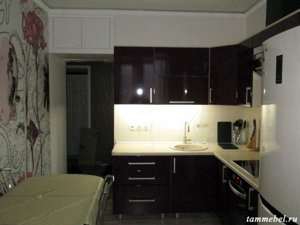Кухня с подсветкой рабочей поверхности.