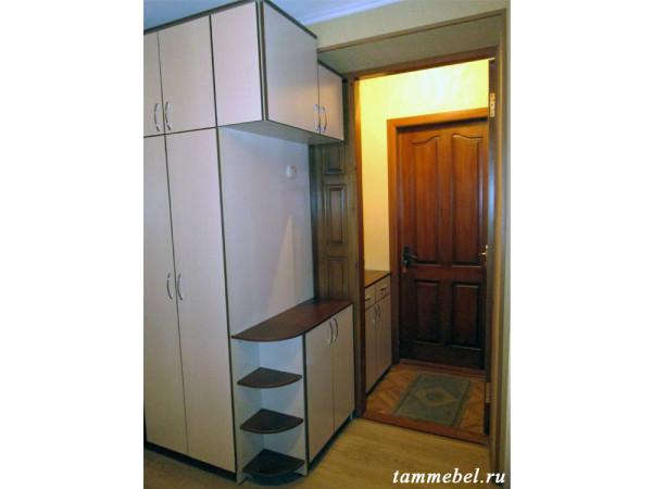 Угловая прихожая с дополнительным шкафчиком у входной двери