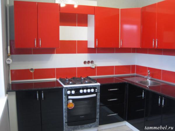 Угловая кухня с глянцевыми фасадами МДФ