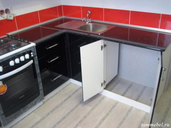 Угловая кухня. Шкафчик для стиральной машинки.