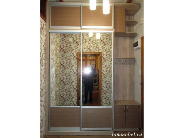 Шкаф-купе для прихожей. Двери комбинированные со вставками из МДФ и зеркал.