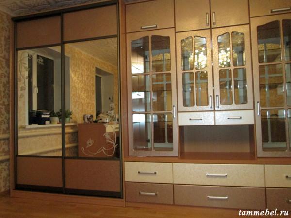 Стенка. На зеркалах дверей-купе нанесен пескоструйный рисунок.