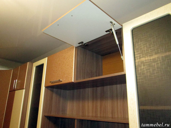 Дверцы верхних шкафчиков на газ. лифтах.