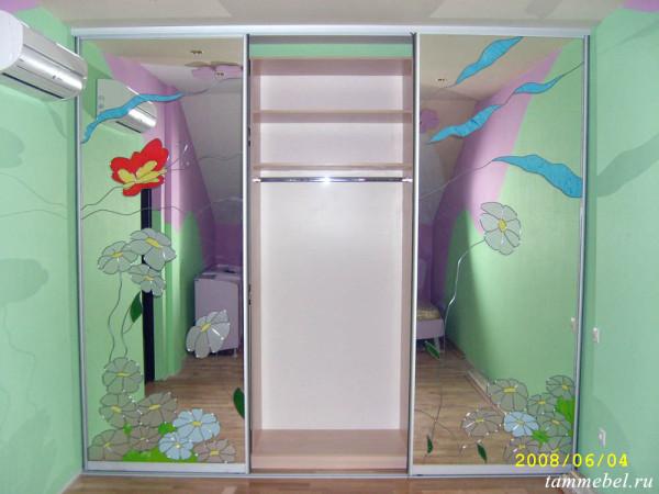 Встроенный шкаф-купе с витражом