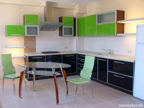 Угловая кухня с пластиковыми фасадами.