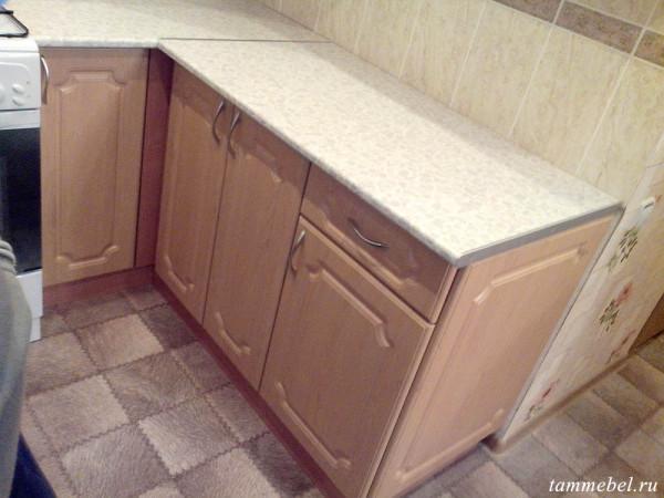 Маленькая угловая кухня - нижние столы.