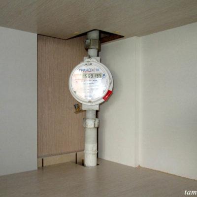 Газовый счетчик в угловом шкафу.