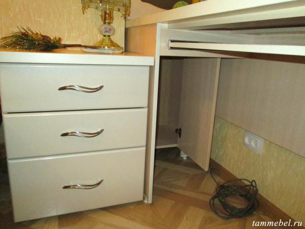Скрытый шкафчик под компьютерным столом.