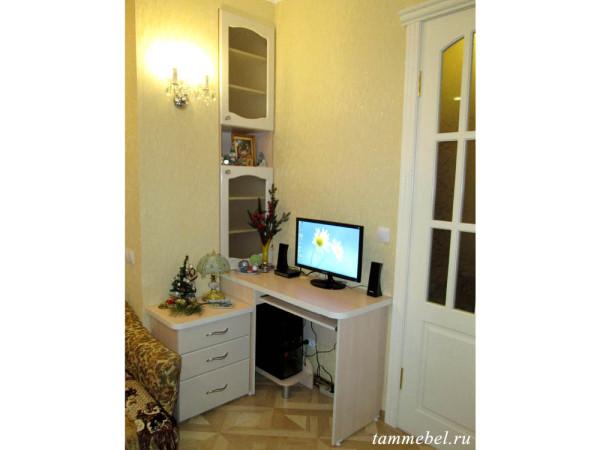 Компьютерный стол с тумбочкой и книжным шкафом.