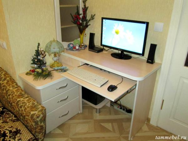 Компьютерный стол. Выдвижная полка для клавиатуры и мышки.