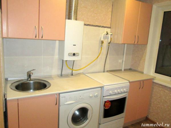 Небольшая кухня со стиральной машинкой.