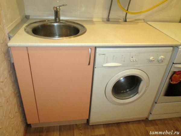 Шкаф-мойка и стиральная машинка под общей столешницей.