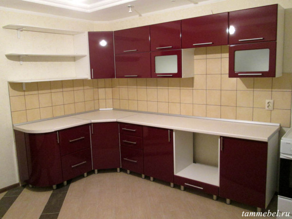 Угловая кухня с фасадами МДФ в новостройке.