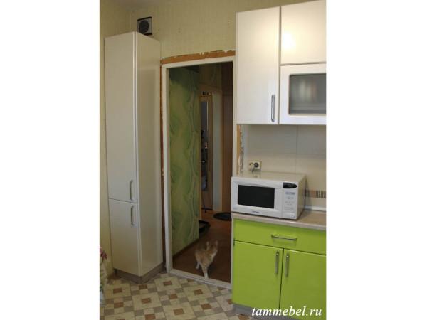 Шкаф-пенал слева от входной двери.