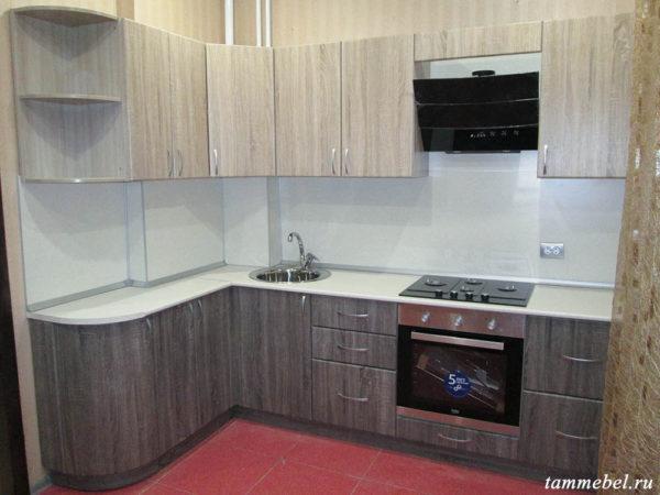 Угловая кухня с фасадами МДФ, духовым шкафом и варочной поверхностью.