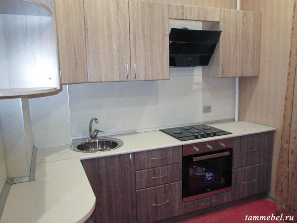 Угловая кухня с фасадами МДФ и встроенной техникой.