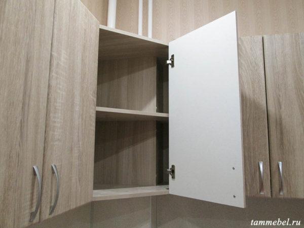 Угловой шкаф с коробом для труб.