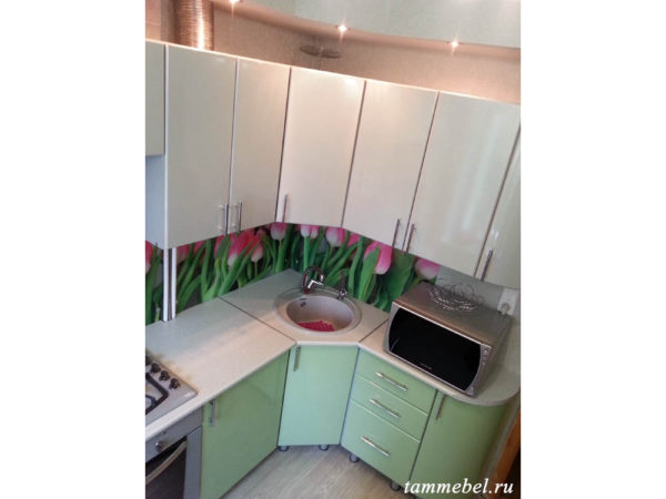 Угловая кухня с фотопечатью. Нестандартный шкаф-трапеция для мойки.