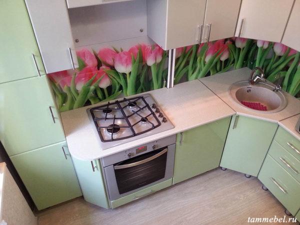 Угловая кухня с фотопечатью. Встроенная бытовая техника.