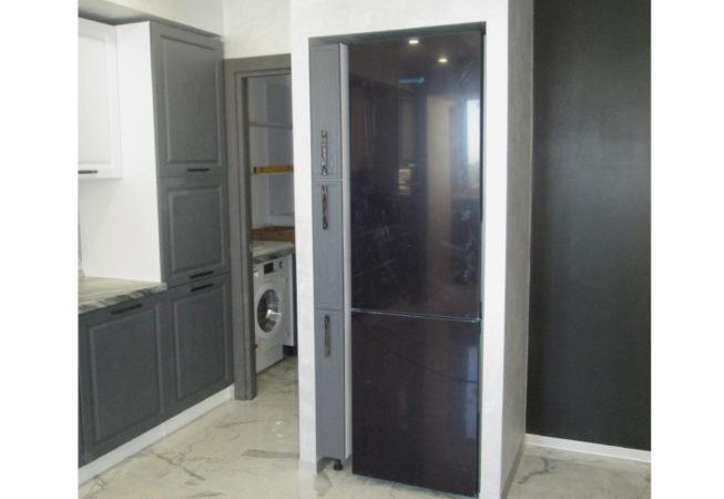 Шкаф-колонна в нише рядом с холодильником.