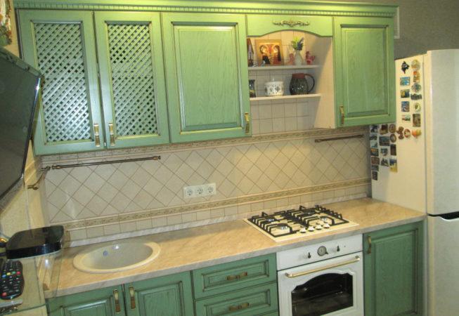 Кухня в классическом стиле с фасадами из массива ясеня