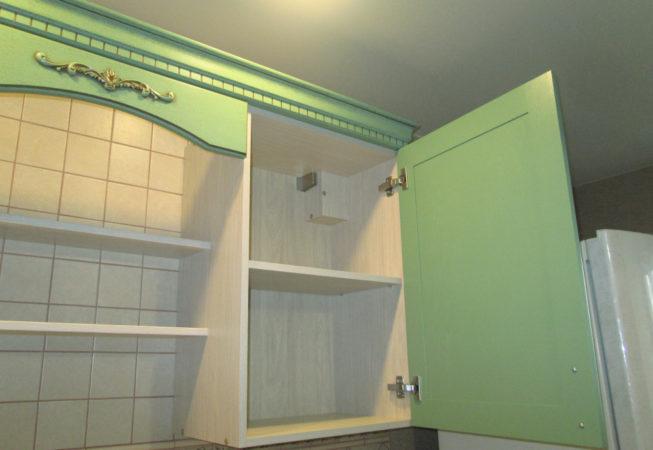 Верхний шкаф специальной конструкции, позволяющей обойти настенный вентилятор