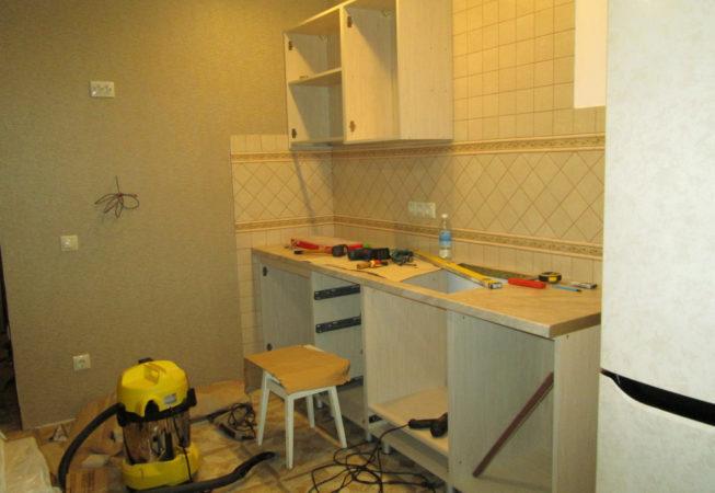 Установка кухни идёт полным ходом. Пыльные работы выполняем с пылесосом