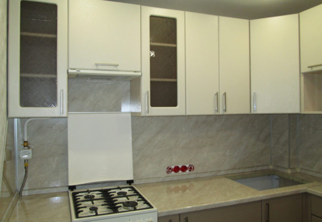 Угловая кухня с газовой плитой