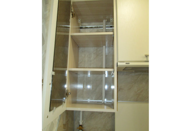 Навесной шкаф без задней стенки с вырезами под газовую трубу