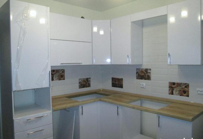 Угловая кухня с белыми глянцевыми фасадами из МДФ