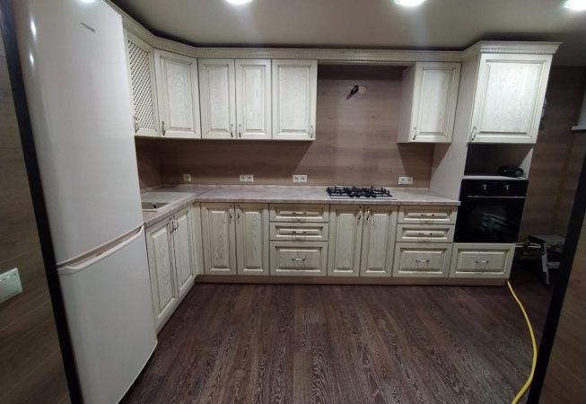 Угловая кухня в классическом стиле с фасадами из массива ясеня