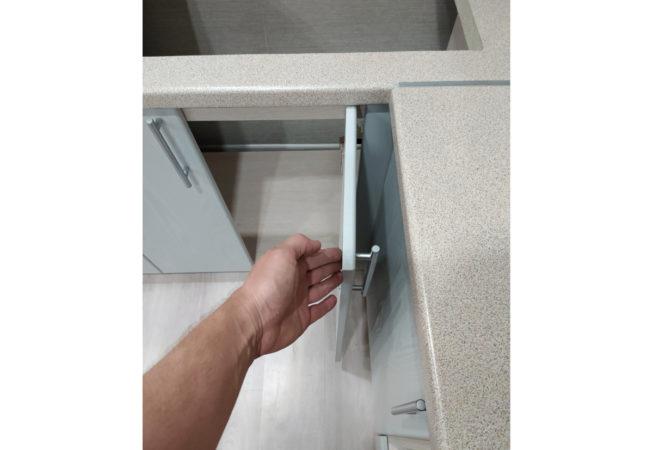 Дверца шкафа-мойки на петлях Blum со встроенным ограничителем угла открывания
